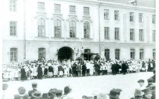 Schoolchildren in front of Toompea castle, where Constituent Assembly was working in 1919.
