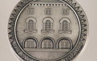 Roman Tavasti juveelitöökoja kujundatud Riigikogu meenemünt