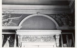 Искусственный мрамор и гипсовые украшения работы архитектора Шульца в Белом зале до 1935 г. Фотография Парикаса, которая хранится в художественно-исторической фотоколлекции Тартуского университета (замок Тоомпеа 2008, стр. 51, илл. 52–53)