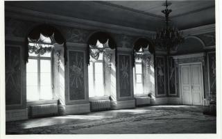Искусственный мрамор и гипсовые украшения работы архитектора Шульца в Белом зале до 1935 г. Фотография Парикаса, которая хранится в художественно-исторической фотоколлекции Тартуского университета (замок Тоомпеа 2008, стр. 51, илл. 54-55)