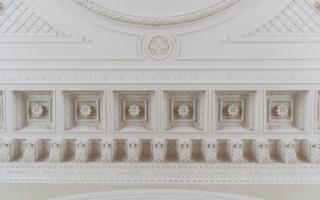 Обрамление потолка Белого зала, античное влияние в оформлении