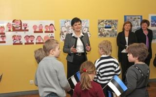 Лайне Рандъярв открывает выставку детского творчества. Фото: Эрик Пейнар