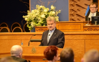 Rein Ratas, the eldest member of the Riigikogu, reading aloud the oath of office