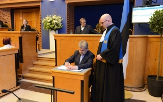 Rein Ratas signing the oath of office