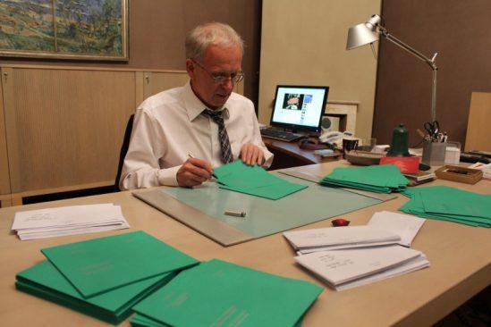 Riigikogu esimees Eiki Nestor oma kabinetis jõulukaarte kirjutamas
