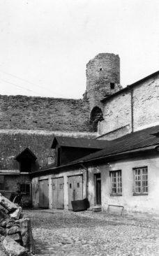 Toompea linnuse loodenurk Pilstickeri torniga enne Riigikogu hoone kõrvalhoone ehitamist. Foto: Tallinna Linnamuuseum