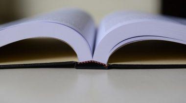 Avatud raamat laual