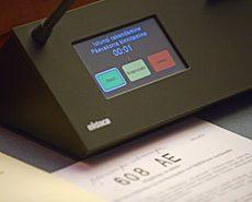 Пульт для голосования на столе депутата Рийгикогу в зале заседаний