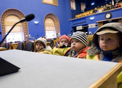 Lapsed Riigikogus istungisaali külastamas