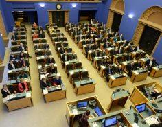 Riigikogu liikmed istungisaalis