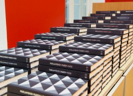 Kantselei ajaloo raamatud hunnikus, Parlamendi parem käsi
