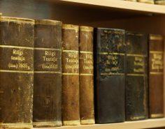 Vanad Riigi Teatajad lugemissaali riiulis
