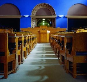 1997. aastal renoveeritud istungisaali ekspressionistlik värvilahendus