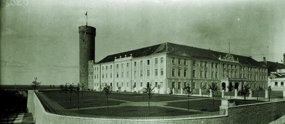 Alar Kotli rekonstrueeritud Toompea lossi lõunatiib ja lossiaed. U 1937. Allikas: Eesti Filmiarhiiv 3-6287.