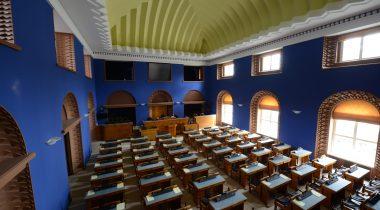 Vaade rõdult istungisaalile ja akendele