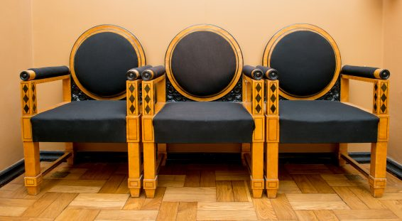 Kolm tooli Riigikogu hoones