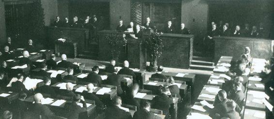 Jaan Tõnisson Riigikogu istungi kõnepuldis