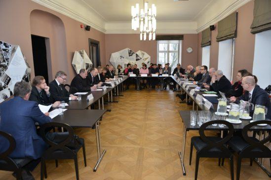 Arutelu, Kultuuri ja KOV rahaliste vahendite toel ilmuvate ajalehtede konkurentsi eelisest võrrelduna eraõiguslike maakonnalehtedega