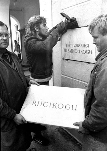 Change of plaques on Toompea Castle, 1992. Photo in the Archives of the Riigikogu.
