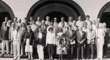 Pohiseaduse assamblee ühispilt Riigikogu hoone ees