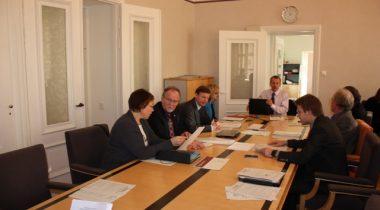Rahanduskomisjon nõupidamisteruumis