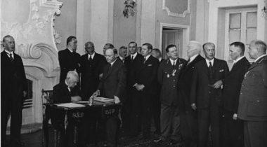 Riigivanem Konstantin Päts allkirjastamas Rahvuskogu poolt vastuvõetud põhiseadust ja selle ellluviimise seadusi. Tallinn, Kadriorg, 17. august 1937
