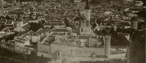Toompea loss linnulennult Riigikogu hoone ehitamise ajal