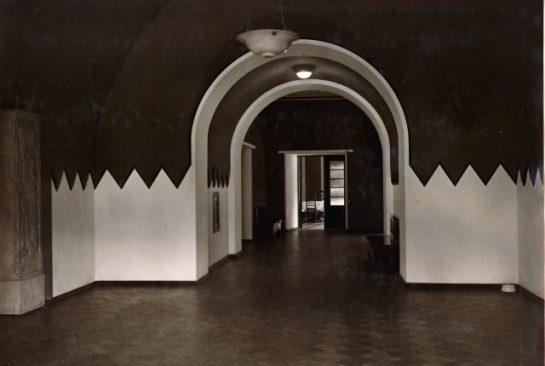 Vaade ajakirjanike fuajeest einelaua poole. 1922. Allikas: Tallinna Linnamuuseum F 6803-09.