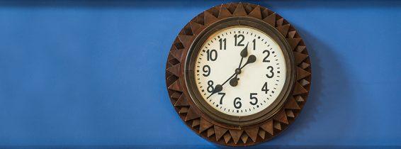 Часы в зале заседаний