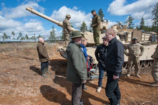 Riigikogu riigikaitsekomisjoni liikmed tutvusid lähemalt Abrams M1A2 tankiga