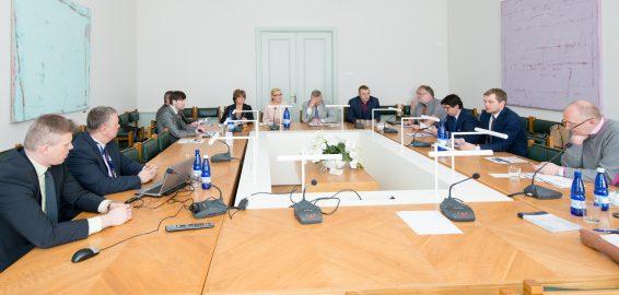 Rahanduskomisjoni 27.04.2015. a istungil kohtusid komisjoni liikmed Maksu- ja Tolliameti esindajatega