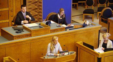 Kadri Simson istungisaali kõnepuldis