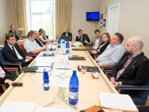 Toomas Kivimägi majanduskomisjoni istungit juhatamas