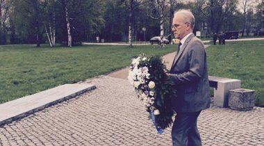 Eiki Nestor asetamas Maarjamäel pärga II Maailmasõja ohvrite mälestuseks