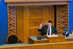 Riigikogu istungit juhatab Riigikogu aseesimees Jüri Ratas