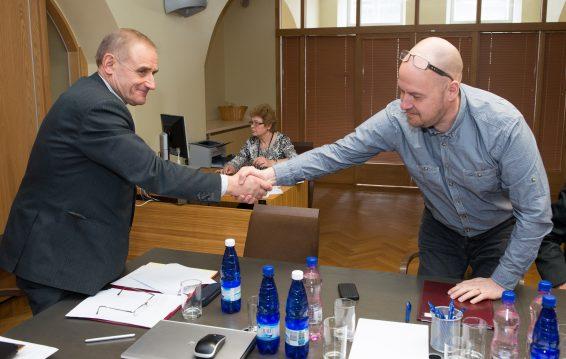 Ants Laaneots õnnitleb Korruptsioonivastase erikomisjoni esimeheks valitud Artur Talvikut