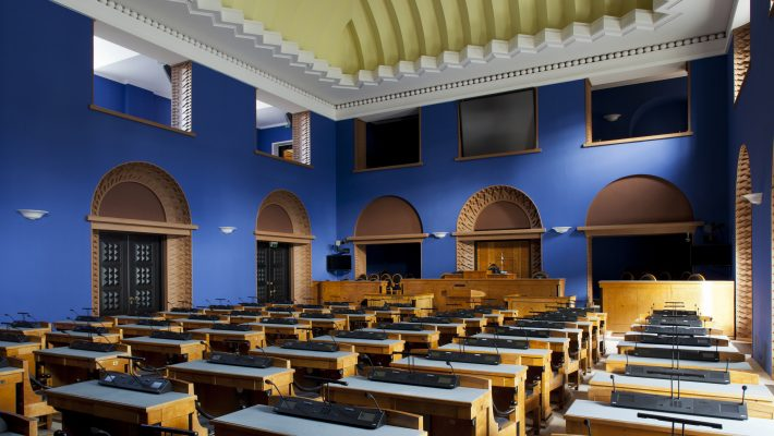 Riigikogu istungisaal, vaade akna juurest