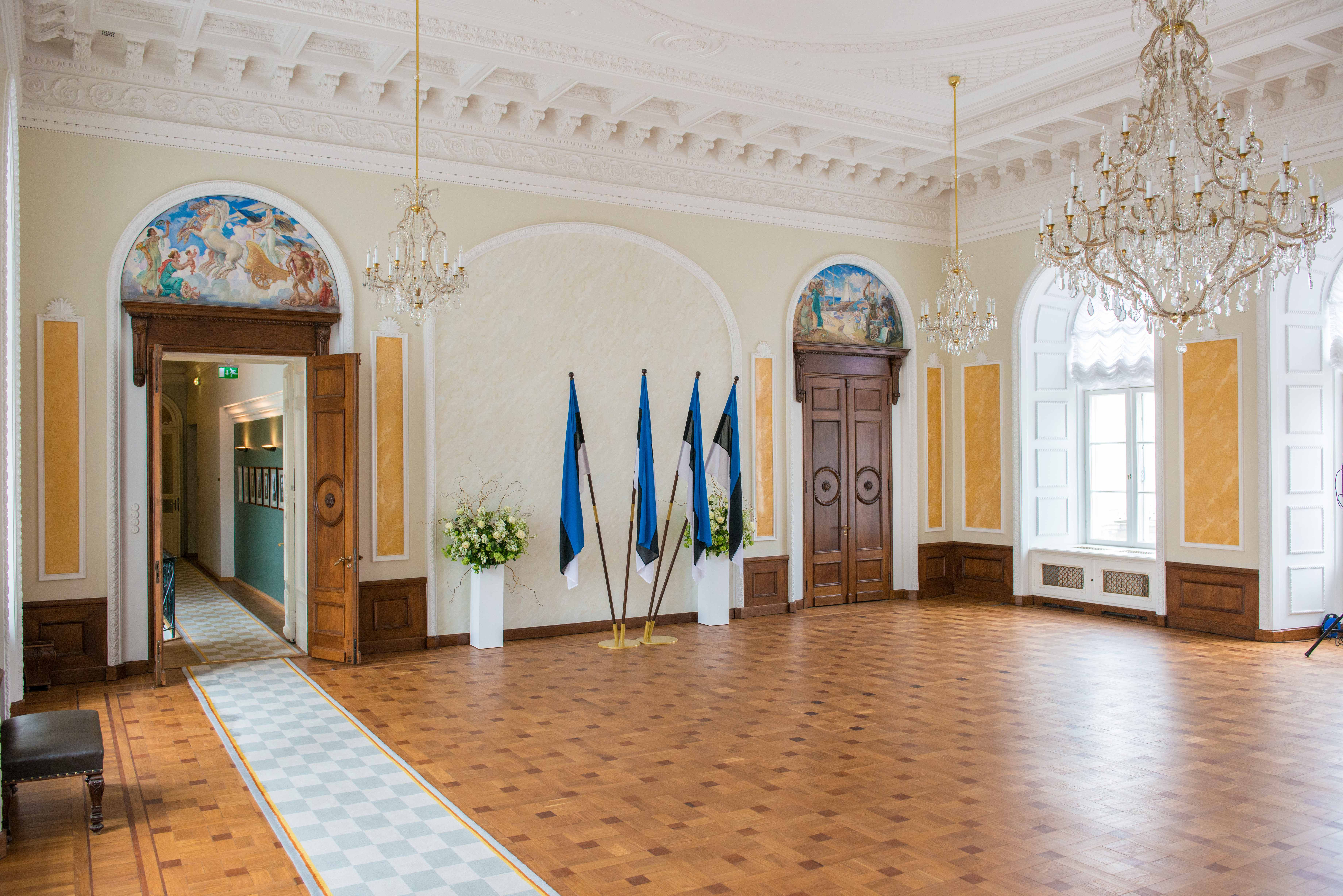 Valge saal on Riigikogu esindusruum, kus toimuvad pidulikud pildistamised