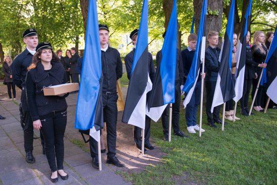 Tallinna 21. kooli õpilased Eesti lipu päeval Kuberneri aias.
