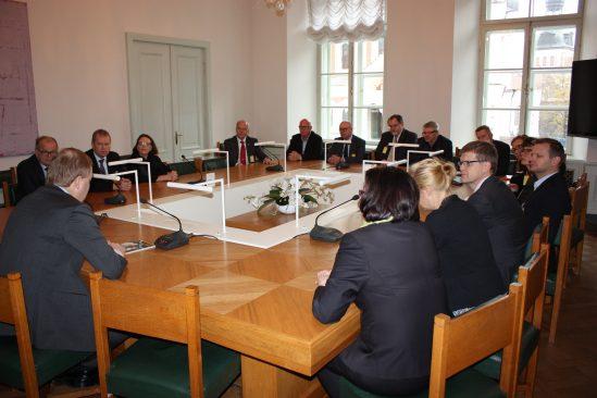 Riigikaitsekomisjoni esimees Marko Mihkelson kohtus Soome kõrgemate riigikaitsekursuste vilistlastega