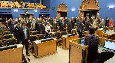 Riigikogu 16. novembri istung. Leinaseisak Pariisis terroristide poolt tapetud inimeste mälestuseks.