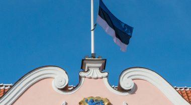 Riigikogu hoonel on leinalipp