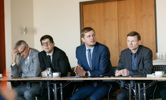 Rahanduskomisjoni liikmed kohtumas Pangaliidu esindajatega