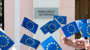 Eesti Euroopa Liidu eesistumine, Euroopa Liidu lipud Riigikogu hoone taustal