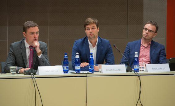 премьер-министр Таави Рыйвас, председатель комиссии по делам Европейского союза Калле Паллинг и председатель комиссии по иностранным делам Свен Сестер