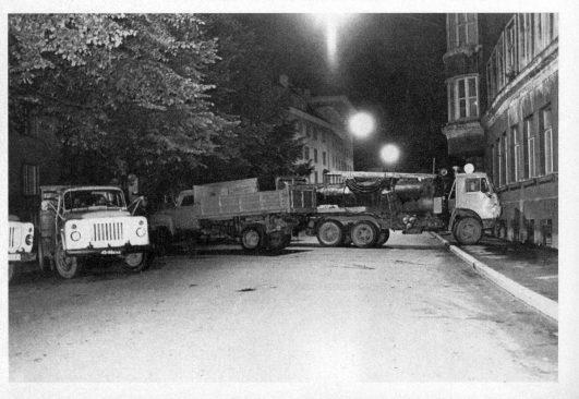 Barrikaadid Tallinnas raadiomaja juures. Mart Laar, Urmas Ott, Sirje Endre. Teine Eesti : Eesti iseseisvuse taassünd 1986–1991. Tallinn : SE & JS, 1996.