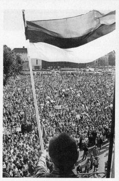 Meeleavaldus Tallinnas Vabaduse väljakul. Mart Laar, Urmas Ott, Sirje Endre. Teine Eesti : Eesti iseseisvuse taassünd 1986–1991. Tallinn : SE & JS, 1996.