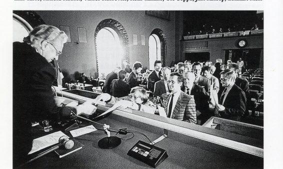 Põhiseadusliku Assamblee liikmed andmas ametitõotust Ülemnõukogu esimehele Arnold Rüütlile. Põhiseaduse tulek / koostaja ja toimetaja Eve Pärnaste. Tallinn: SE & JS : Justiitsministeerium, 2002.