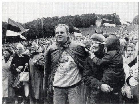 """Rahvarinde korraldatud """"Vabaduse laul"""" Tallinna lauluväljakul. Küllo Arjakas, Vilja Laanaru. Rahvarinne. Tallinn: Eesti Keskerakond, 1998."""