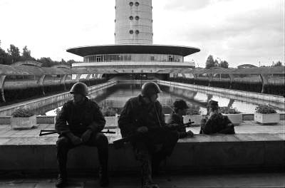 Relvastatud väed Tallinna Teletorni juures. Foto: E. Prozes. Filmiarhiiv.